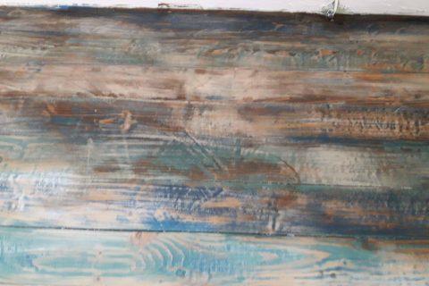 Drewniana podłoga malowana w przecierki