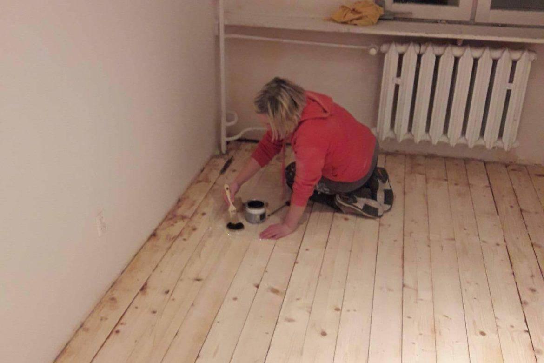 Drewniana podłoga zaczynamy malowanie