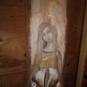 Drewniny anioł z rumiankami malowany na desce