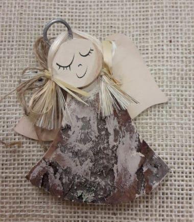 Drewniana figurka zawieszka na ścianę Anioł dzwoneczek kremowy