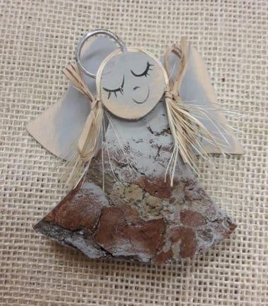 Drewniana figurka zawieszka na ścianę Anioł dzwoneczek szary