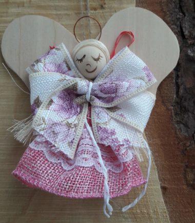 Drewniana figurka zawieszka na ścianę Anioł drewniany Fiołek różowy
