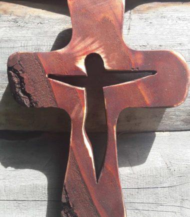 drewniany krzyżyk na ścianę