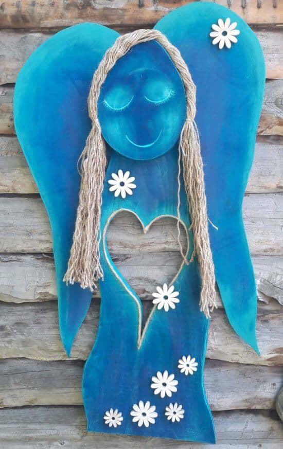 drewniana figurka na ścianę anioł chabrowy
