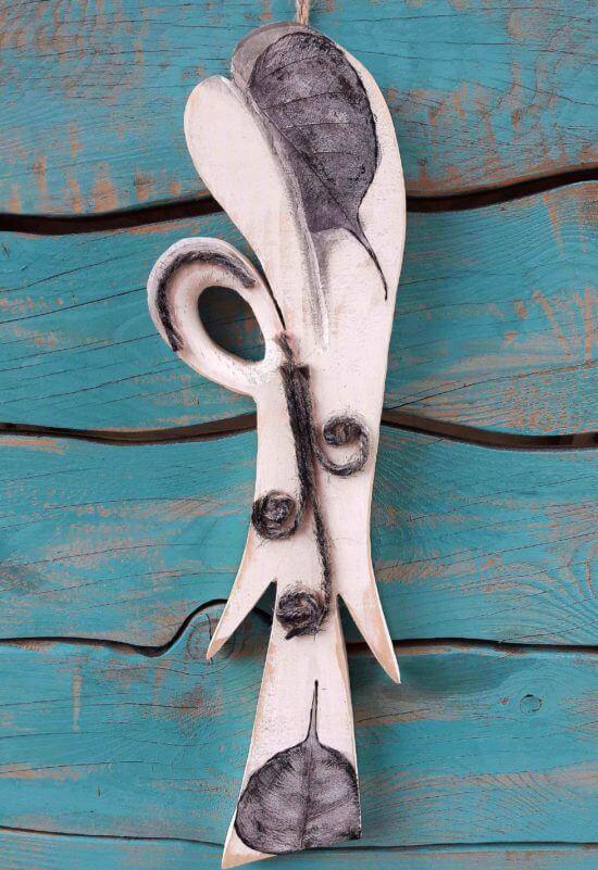 Drewniana figurka zawieszka na ścianę Aniol Irys różowy