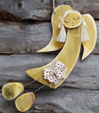 Drewniana figurka aniołka do powieszenia na ścianę- aniołek Barwinek oliwka