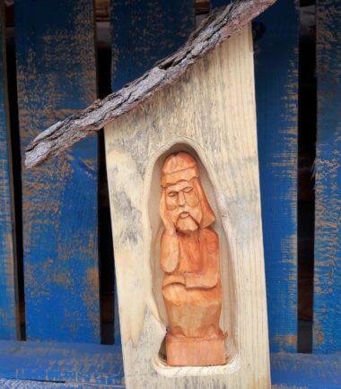 Drewniana kapliczka Chrystus Frasobliwy- naturalny