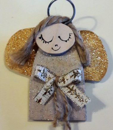 drewniana ozdoba świąteczna aniołek z kokardką