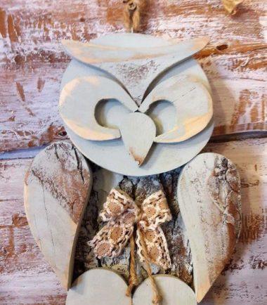 drewniana figurka sowy na ścianę