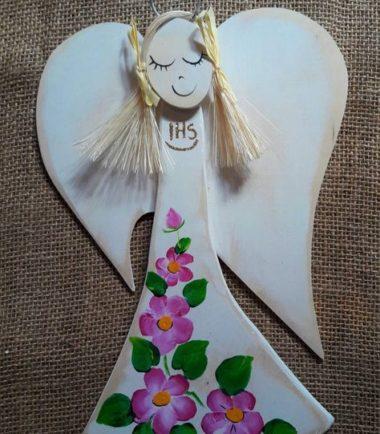 pamiątka z okazji komunii świętej- drewniany aniołek ręcznie malowany różowe kwiaty