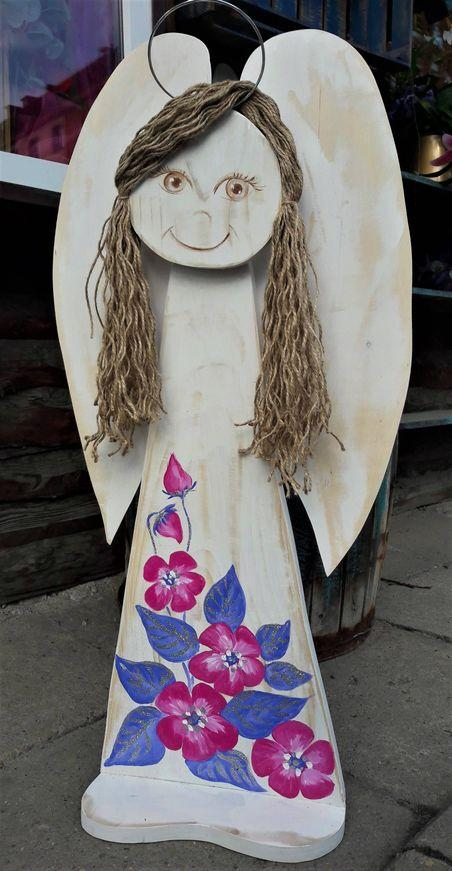 Drewniany anioł prezent dla dziewczynki z okazji komunii świętej