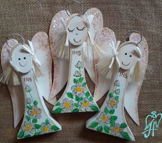 Drewniana figurka komunijnego anioła