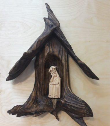 Kapliczka z korzenia Chrystus Frasobliwy